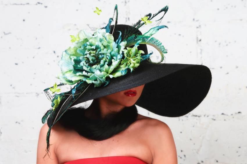 Девушка в шляпке с цветами
